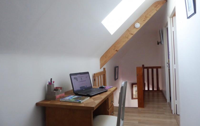 Location de vacances - Gîte à Saint-Igeaux - salon avec cheminée