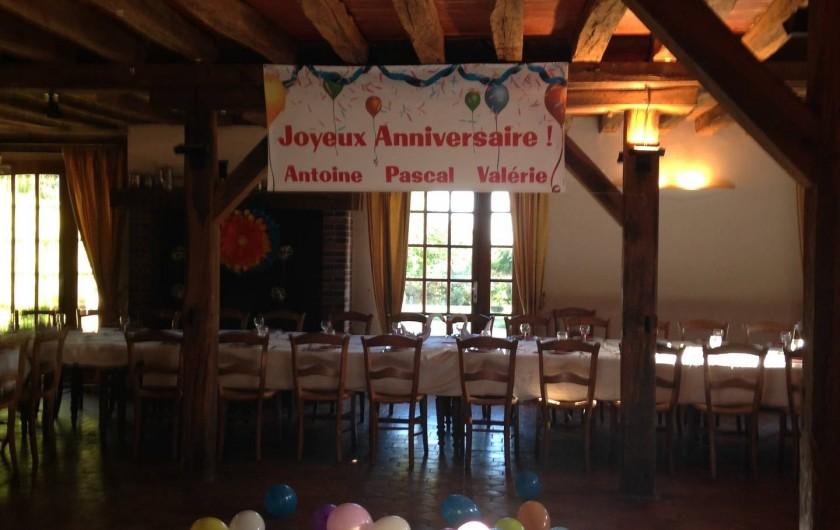 Location de vacances - Chambre d'hôtes à Champignelles - Triplé d'anniversaires  dans la salle de réception