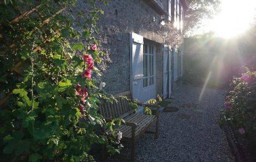 Location de vacances - Maison - Villa à Éculleville - fin de journée avec soleil sur la maison