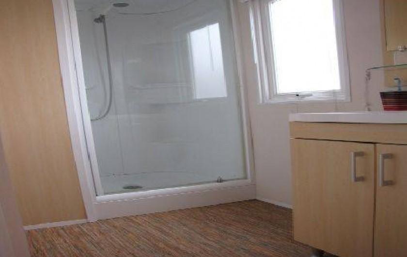 Location de vacances - Camping à Onzain - salle d'eau attenante à la chambre parentale