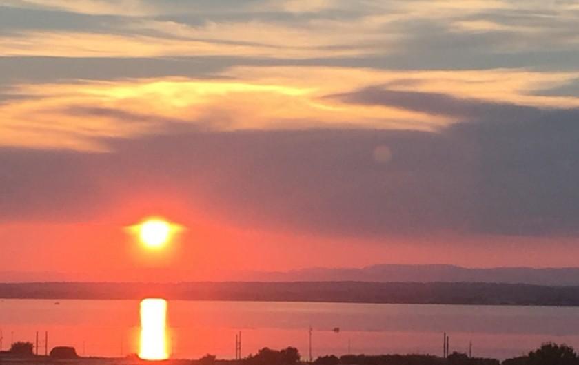 Location de vacances - Appartement à Sète - coucher de soleil sur l'étang de thau