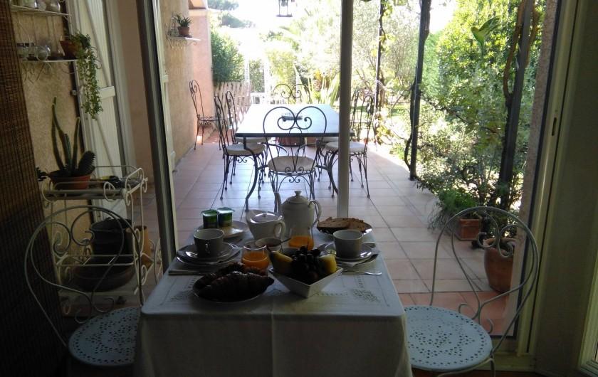 Location de vacances - Chambre d'hôtes à Saint-Raphaël - petit déjeuner servi dans véranda ou terrasse selon météo
