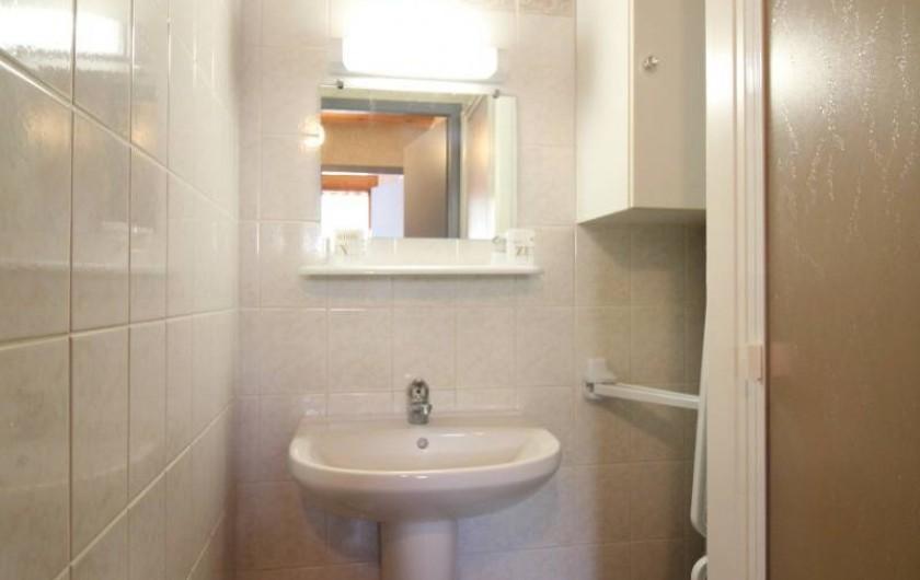 Location de vacances - Gîte à Allarmont - Salle de bain avec douche .WC séparés de la salle de bain