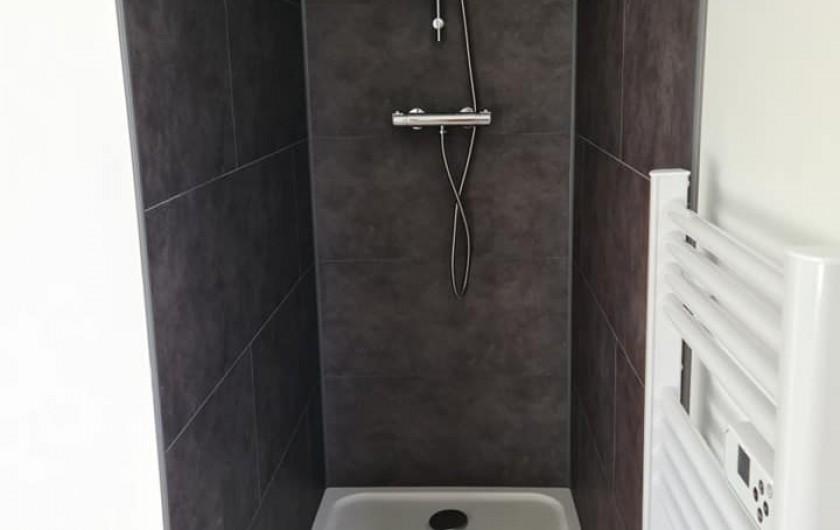 Location de vacances - Gîte à Bournezeau - salle de douche avec wc chambre pastel