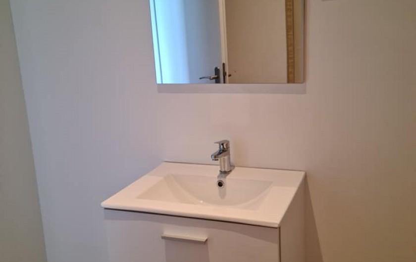 Location de vacances - Gîte à Bournezeau - salle de bain avec wc chambre tropik