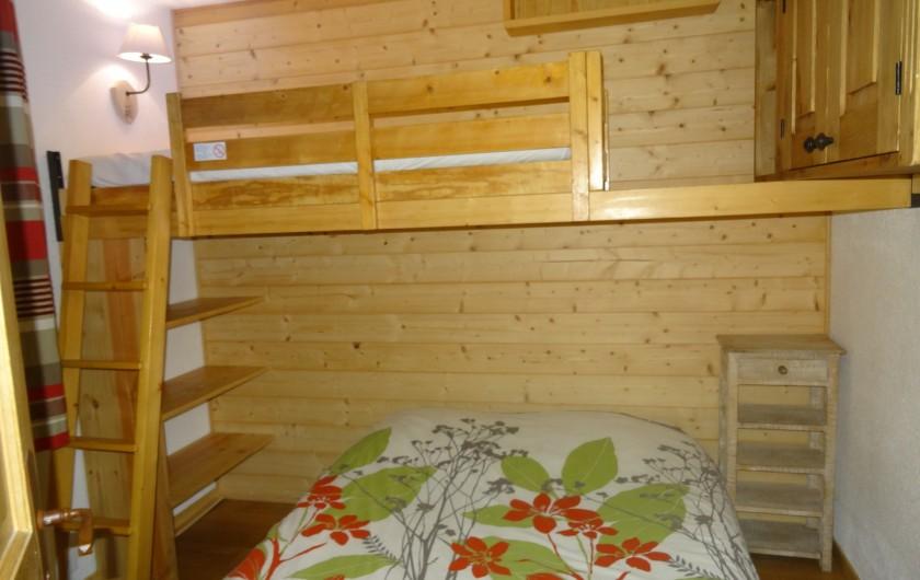 Location de vacances - Appartement à Val Thorens - Chambre avec lit double et lit simple en mezzanine. Literie neuve
