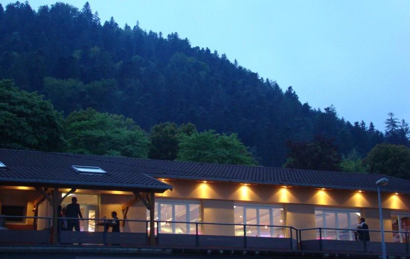 Location de vacances - Chalet à Senones - Terrasse de la salle pour 160 pers. - au pied de la forêt