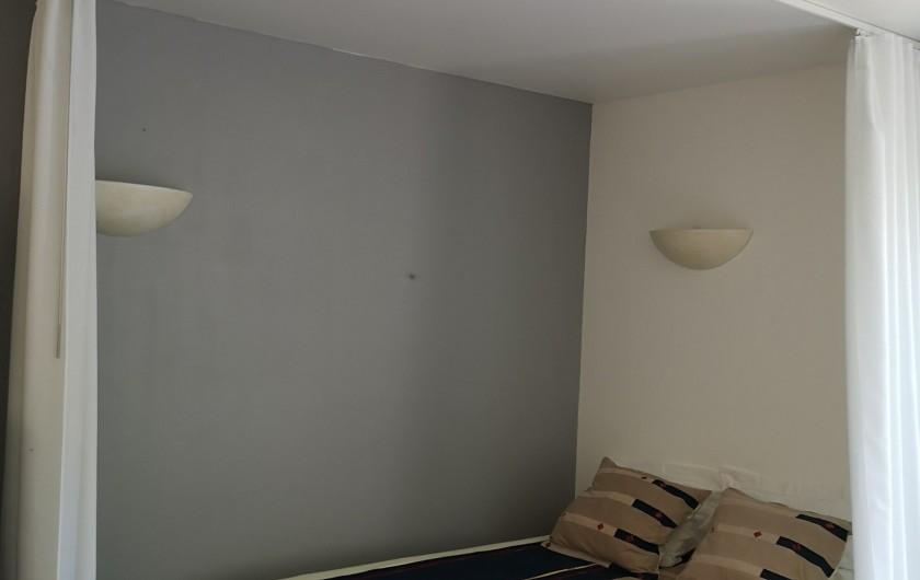Location de vacances - Villa à Séchilienne - le lit avec rideaux  pour séparation de la pièce