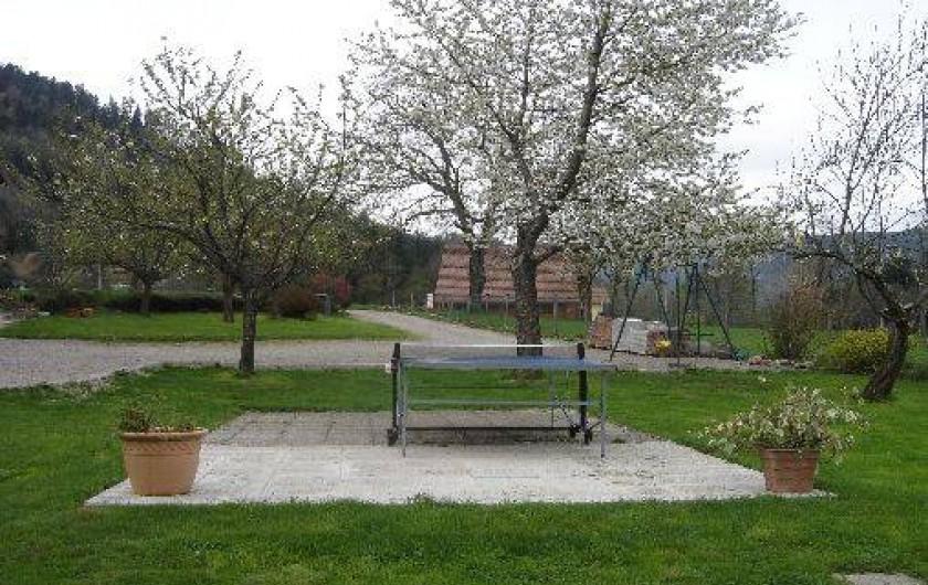 Location de vacances - Maison - Villa à Ban-sur-Meurthe-Clefcy - Table de ping pong et terrain de jeux pour les enfants