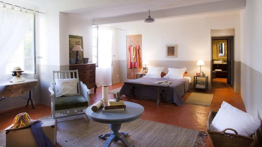 suite familiale chambre principale  1 lit double `160CM, coin salon  canapé