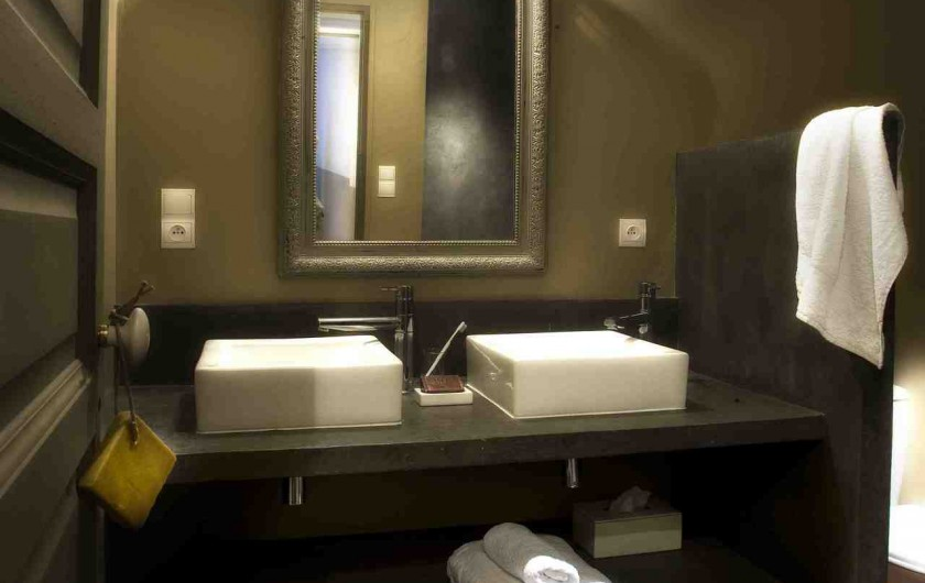 Location de vacances - Chambre d'hôtes à Riez - salle de bain suite familiale avec une grande douche a l'italienne en béton cire
