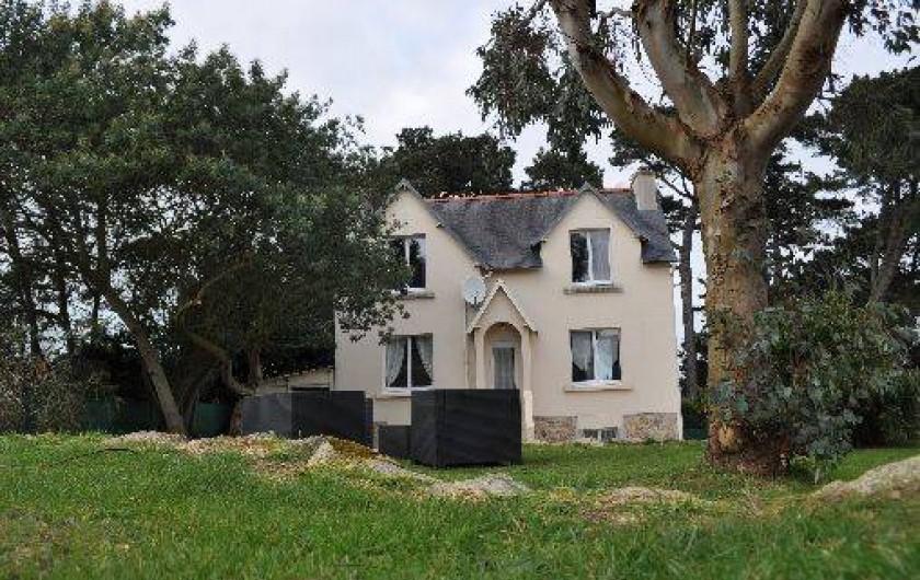 Location de vacances - Gîte à Penvénan - La maison avec son salon de jardin ainsi qu'une table avec chaises