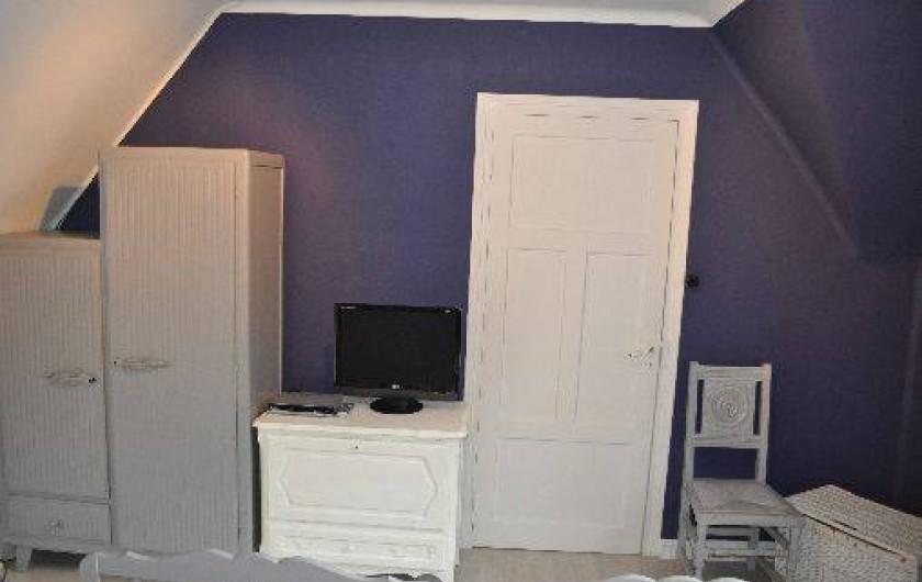 Location de vacances - Gîte à Penvénan - Chambre 2 avec son armoire et sa télé avec une playstation et ses jeux.