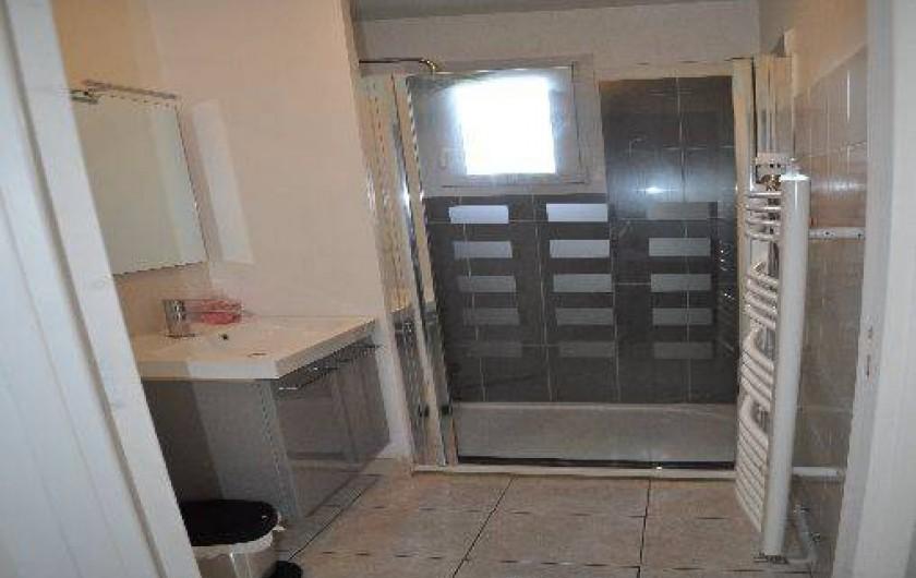 Location de vacances - Gîte à Penvénan - Salle de bain avec douche à l'italienne. Les wc sont séparé