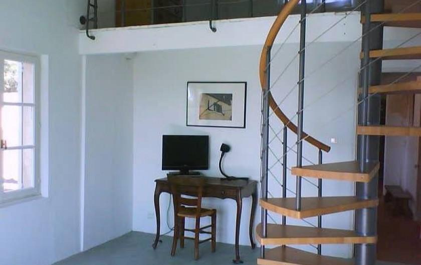 Location de vacances - Appartement à Jouques - Une partie du séjour et l'accès à la mezzanine