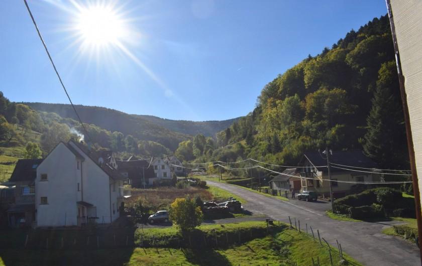 Location de vacances - Gîte à Sondernach - La rue du Landersbach depuis nos gîtes