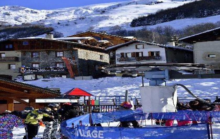 Location de vacances - Chalet à Saint-Martin-de-Belleville - le chalet en haut et le départ du teleski ! commerces à 50 m.