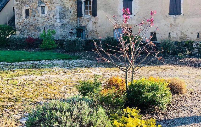 Location de vacances - Gîte à Bozouls - Cour pavée