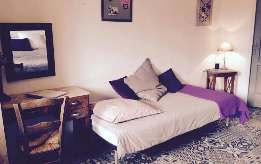 Location de vacances - Chambre d'hôtes à Tour-de-Faure - Chambre triple de la suite parentale (côté kitchenette)
