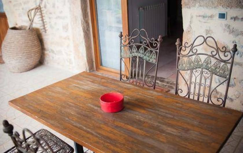 Location de vacances - Chambre d'hôtes à Tour-de-Faure - Terrasse chambre quadruple