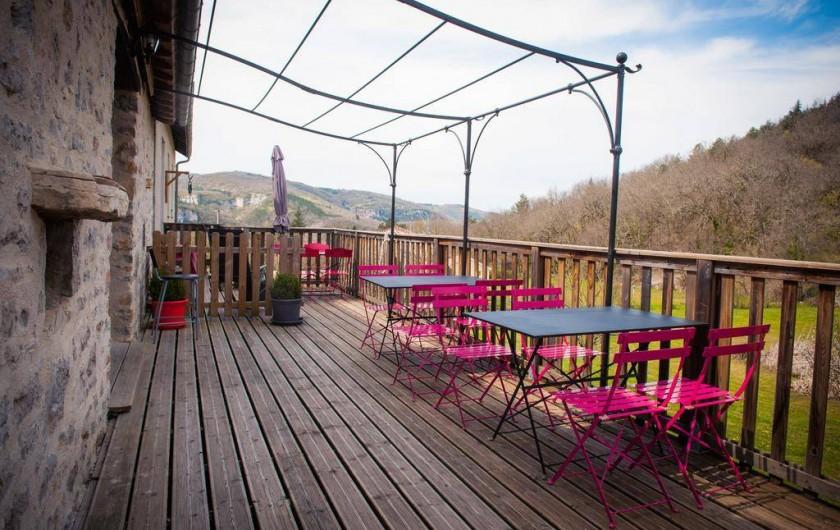Location de vacances - Chambre d'hôtes à Tour-de-Faure - Terrasse du petit déjeuner (en été)
