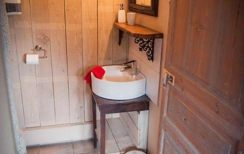 Location de vacances - Chambre d'hôtes à Tour-de-Faure - Salle de bain chambre triple