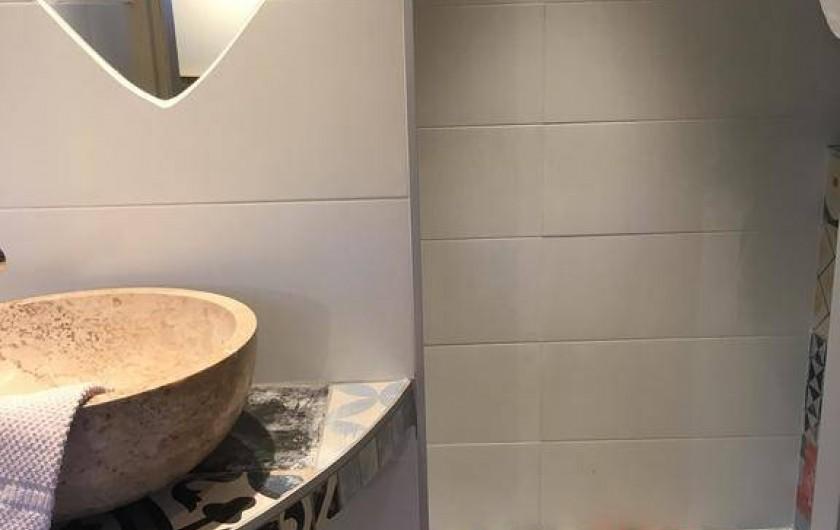 Location de vacances - Chambre d'hôtes à Tour-de-Faure - Salle de bain chambre double