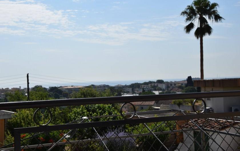 Location de vacances - Villa à Antibes - vue dégagée de la chambre 2