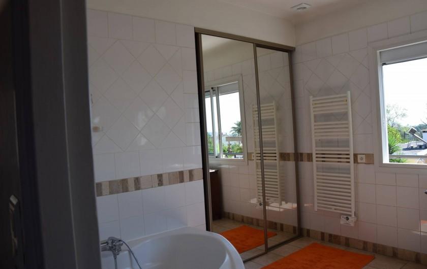 Location de vacances - Villa à Antibes - grande salle de bains de l'étage  avec vue sur mer