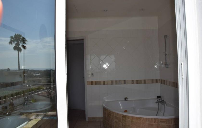 Location de vacances - Villa à Antibes - la baignoire vue mer