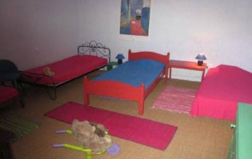 Location de vacances - Mas à Valréas - Une chambre d'enfants avec quatre lits simples