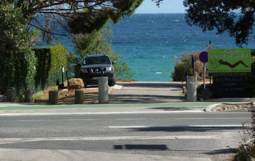 Location de vacances - Studio à Cavalaire-sur-Mer - Accès à la plage à l'angle de l'Hôtel