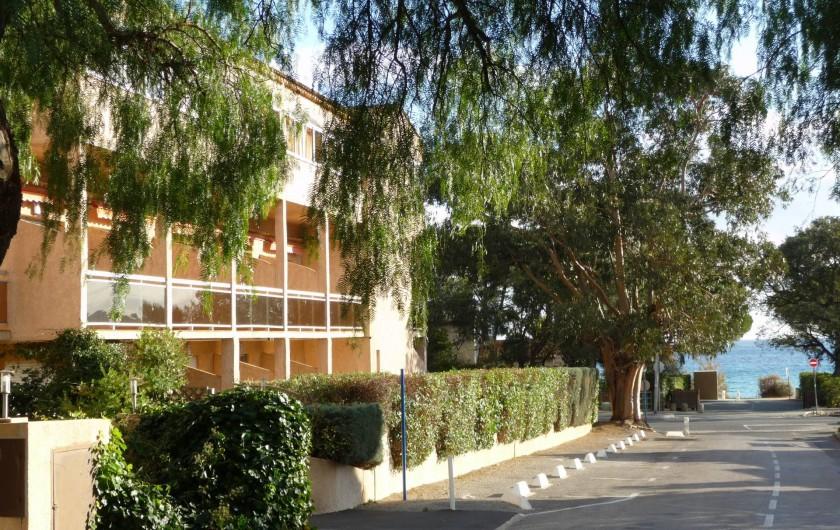 Location de vacances - Studio à Cavalaire-sur-Mer - Côté sud ouest et accès à la plage.