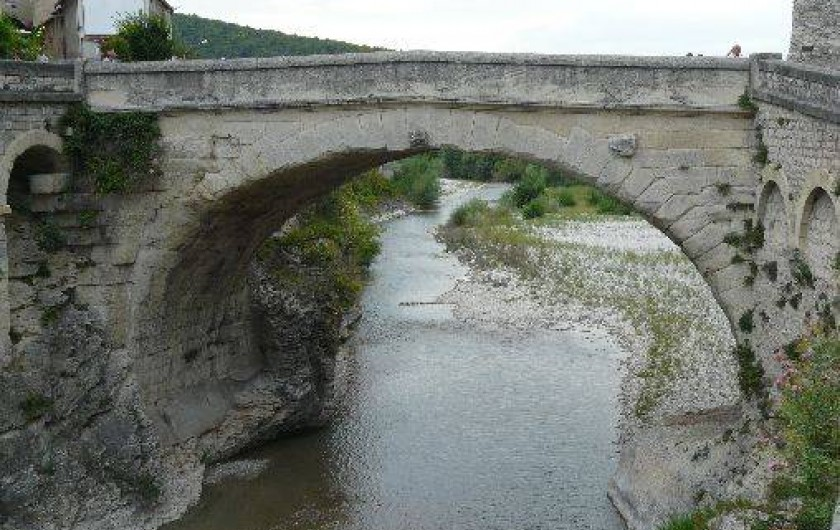 Location de vacances - Villa à Vaison-la-Romaine - le célèbre pont romain qui a résisté à la crue de septembre 1992