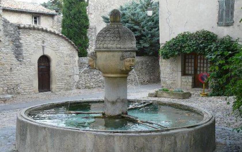 Location de vacances - Villa à Vaison-la-Romaine - la fontaine de la cité médiévale