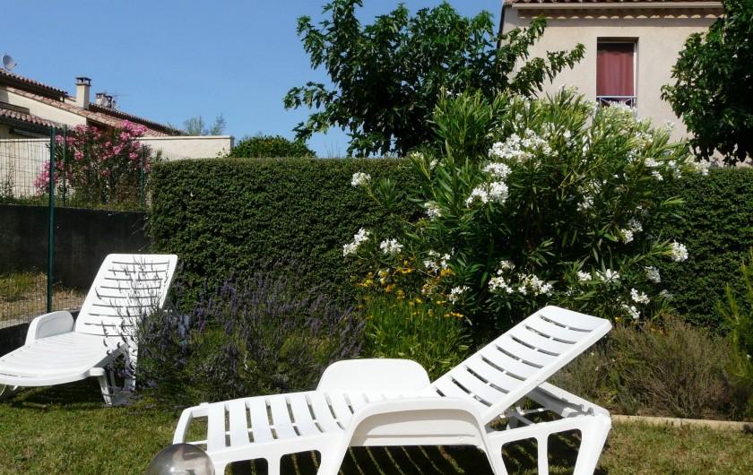 Location de vacances - Villa à Vaison-la-Romaine - les bains de soleil utilisables dans la jardin ou sur la terrasse