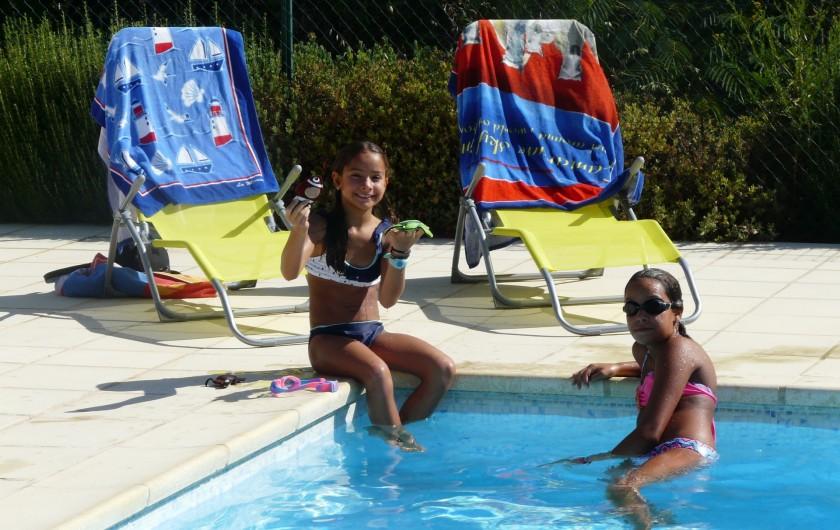 Location de vacances - Villa à Vaison-la-Romaine - nos filles au bord de la piscine avec les fauteuils pliants