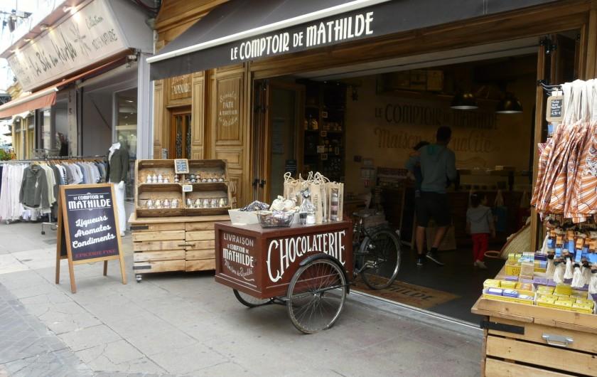 Location de vacances - Villa à Vaison-la-Romaine - la rue piétonne avec ses boutiques Provençales à 1200m