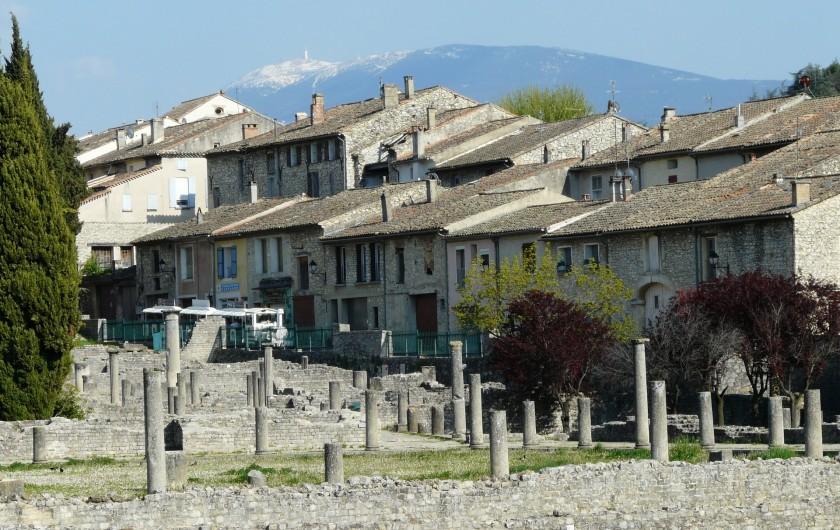 Location de vacances - Villa à Vaison-la-Romaine - ruines romaines, en arrière plan le mont Ventoux
