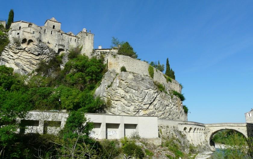 Location de vacances - Villa à Vaison-la-Romaine - la cité médiévale surplombant le pont Romain