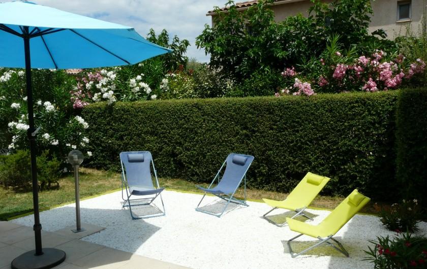 Location de vacances - Villa à Vaison-la-Romaine - les bains de soleil pliables peuvent être utilisés à la piscine