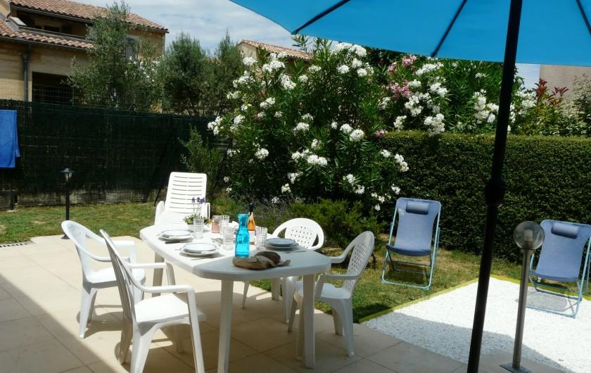 Location de vacances - Villa à Vaison-la-Romaine - la terrasse, son mobilier et le jardin fleuri entièrement clôturé