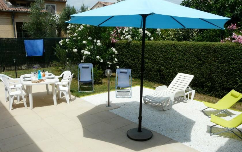 Location de vacances - Villa à Vaison-la-Romaine - autre vue de la terrasse et son mobilier de jardin