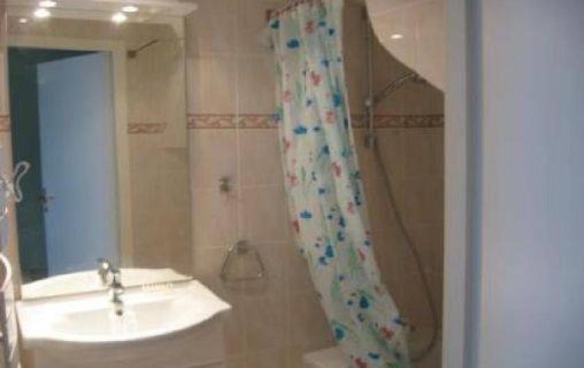 Location de vacances - Chalet à Saint-Jean-d'Arves - La salle de bains avec baignoire