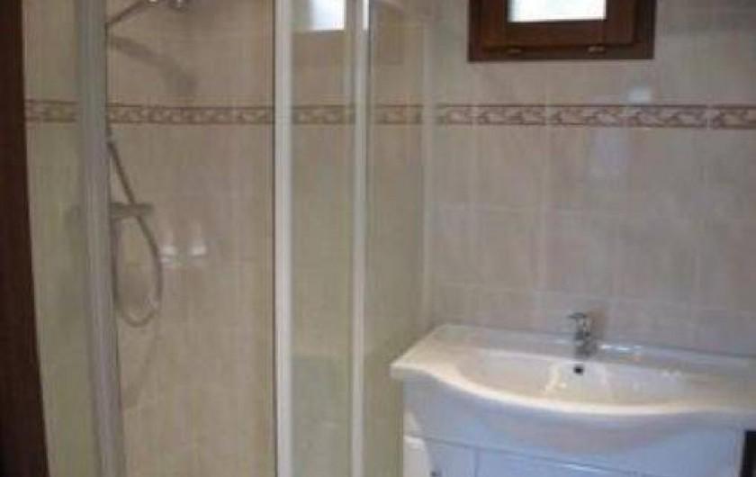 Location de vacances - Chalet à Saint-Jean-d'Arves - La salle de bains avec douche