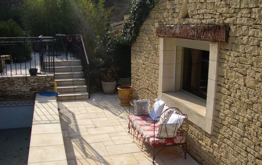 Location de vacances - Mas à Orgon - terrasse coté est devant piscine