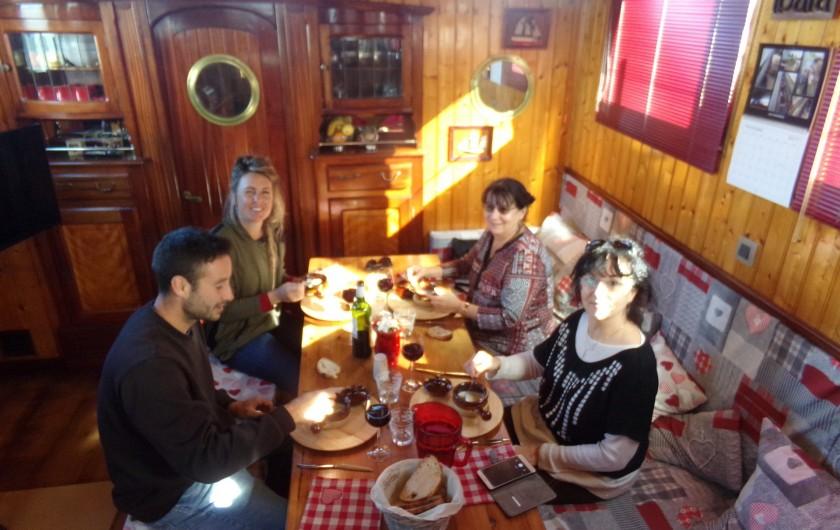 Location de vacances - Péniche à Frontignan - REPAS A L'INTERRIEUR