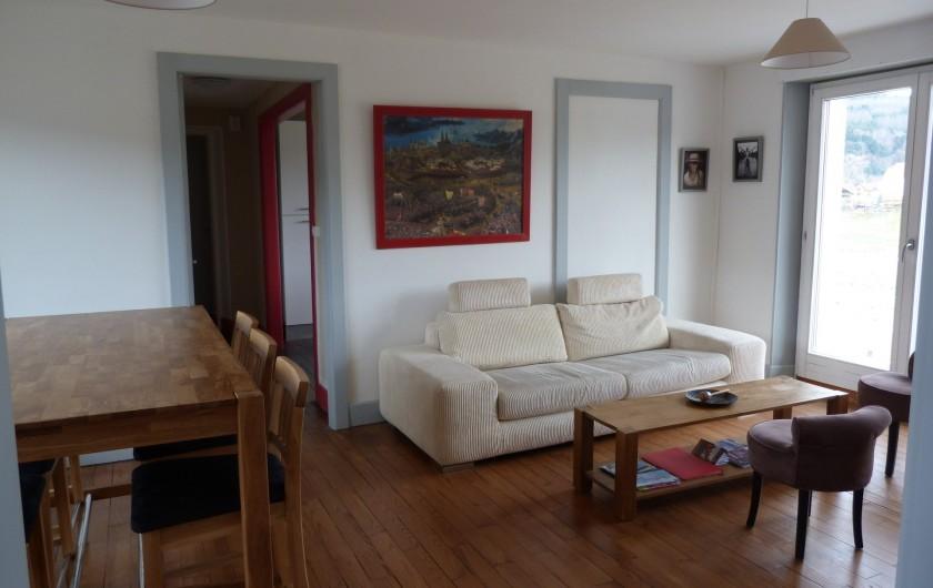 Location de vacances - Appartement à Granges-sur-Vologne - Salon au 1er étage  Table haute avec 6 chaises, canapé non convertible