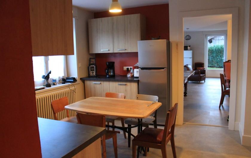 Location de vacances - Appartement à Granges-sur-Vologne - Table avant le relooking cuisine donnant sur séjour, salons