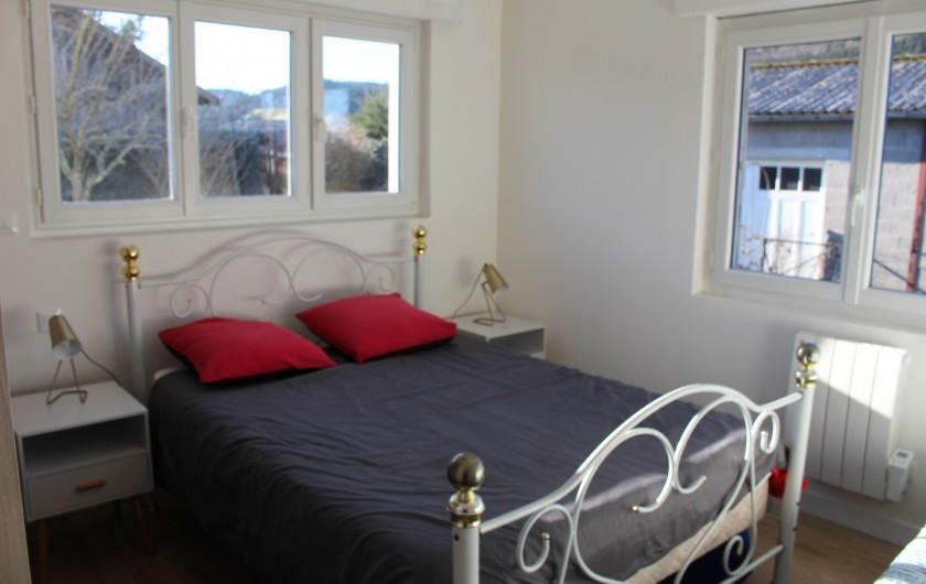 Location de vacances - Appartement à Granges-sur-Vologne - chambre comprenant un lit de 140et de 90, un dressing, un miroir mural, valet